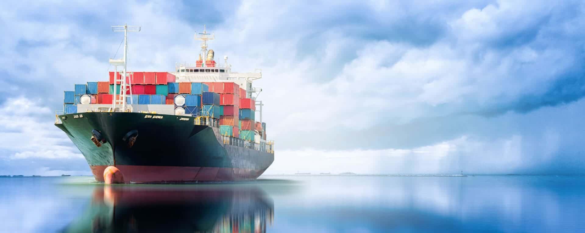 Containertransport mit einem Schiff