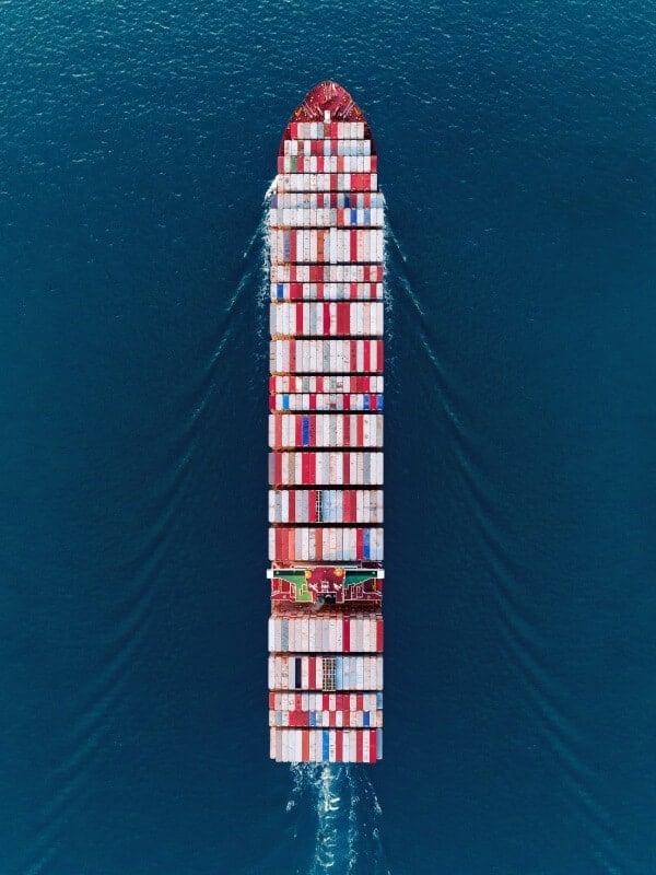 Schiff bei einem Containertransport