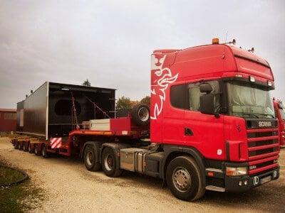 Roter LKW mit Sondertransport